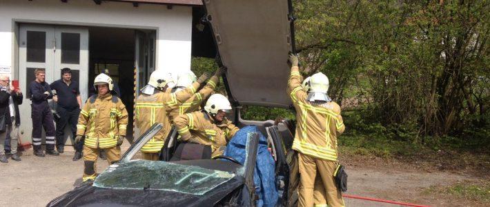 """Nienstedt feiert Maibaumfest im Auenweg mit """"schwerem Gerät"""""""